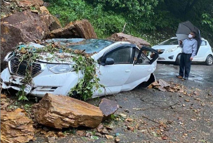 पंथाघाटी में पत्थर गिरने से कई गाड़िया क्षतिग्रस्त हो गई